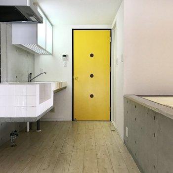 黄色い扉がポイントです(※写真は3階の同間取り別部屋のものです)