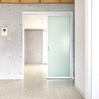 まずはこの扉の先から(※写真は3階の同間取り別部屋のものです)