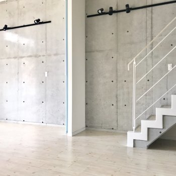 片側はコンクリ打ちっぱなし。やりすぎず、上品な空間(※写真は3階の同間取り別部屋のものです)