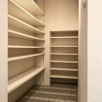 お隣にはシューズクローゼット!靴もまとめて入りますよ!(※写真は3階の同間取り別部屋、清掃前のものです)