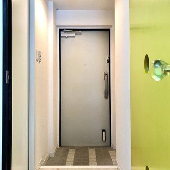 玄関はダブルロック。スクエアな感じです。 (※写真は清掃前のものです)