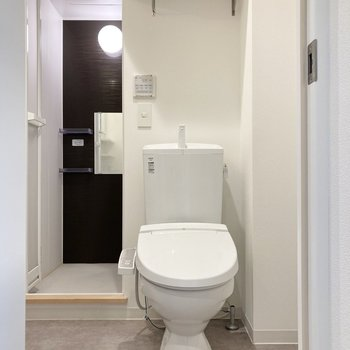 トイレの上にはペーパーのストックなどをしまっておける棚が。※写真はクリーニング前のものです