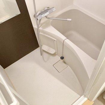 お風呂は体を洗うスペースもしっかりあります。※写真はクリーニング前のものです