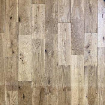 床は無垢材を使用していてあたたかな雰囲気。