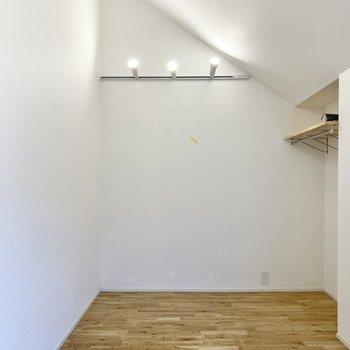 天井はやや勾配しています。こちら側にベッドを置こうかな。