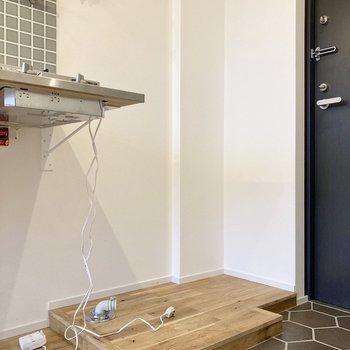 キッチン右横には洗濯機置き場がありますよ。※写真はクリーニング前のものです