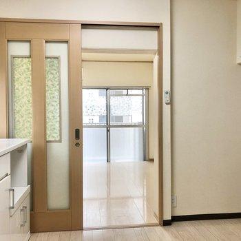 窓側にダイニングテーブル置くなら、シェルフを洋室に移動させてもよさそう!