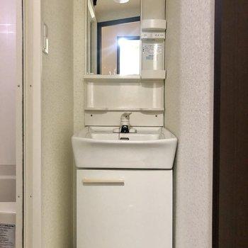 スリムな洗面台。独立タイプがやっぱり嬉しい。(※写真は清掃前のものです)