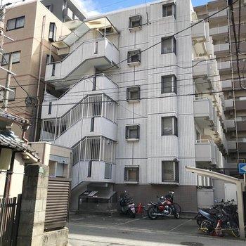 オートロック付きのマンションです。駐輪場は建物前に。