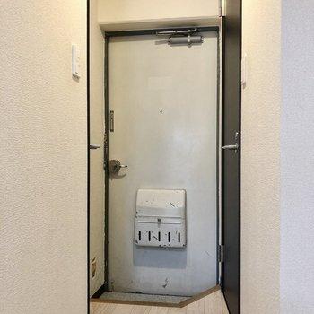 玄関はこぢんまりと。