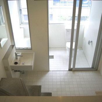こんな風に水回りへ降りていく※写真は5階同間取り・別部屋のものです。