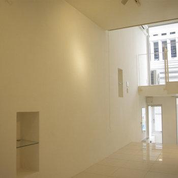 壁にくぼみが2つ。収納はちょっと少ない※写真は5階同間取り・別部屋のものです。