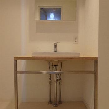 シンプルな洗面台。※写真は6階同間取り・別部屋のものです。