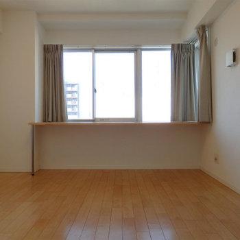 台のある洋室8帖※写真は6階同間取り・別部屋のものです。