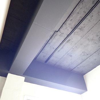 洋室の天井も墨黒ですよ!