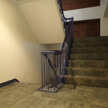 共用部】階段があります。幅はゆったりめで、のぼりおりがしやすかったです。