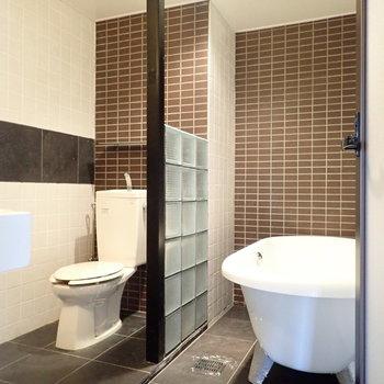 お風呂、トイレ、洗面台は同じ空間に!タイルとガラスブロックが西洋風。