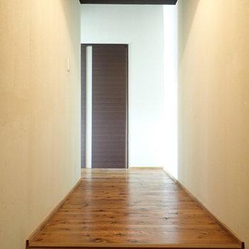 玄関前が広いんです。絵とか飾りたくなっちゃいますね!収納も置けそうです。