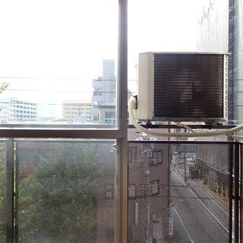 室外機とともに外を眺める…。窓に寄りましょう。