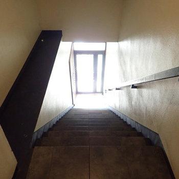 共用部】エントランスを入るとすぐ階段です。2階共用部に宅配ボックスがありますよ。