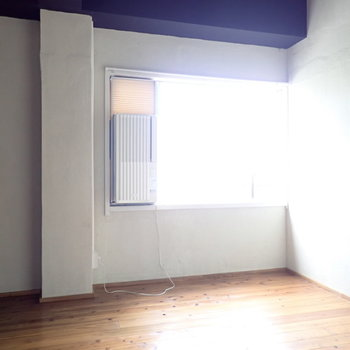 洋室は5帖とコンパクト!エアコンは窓についているタイプでした。