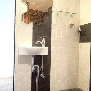 洗面台と洗濯機はおとなりに。鏡がおもしろいですね。化学式みたい。