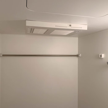 浴室乾燥や暖房が付いています。洗濯物はここで干せますね。