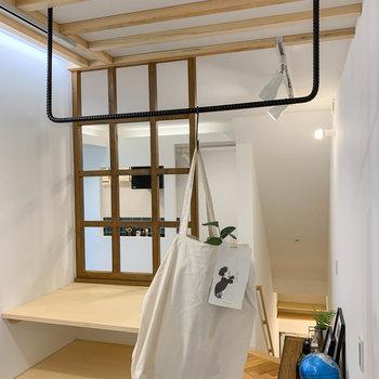 フックと組み合わせて、飾って収納ができたりします。※写真は別部屋の参考例です。
