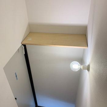 玄関頭上にシューズボックス代わりのラックがあります。