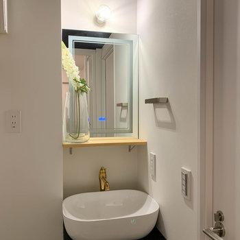 洗面台も素敵なデザイン。