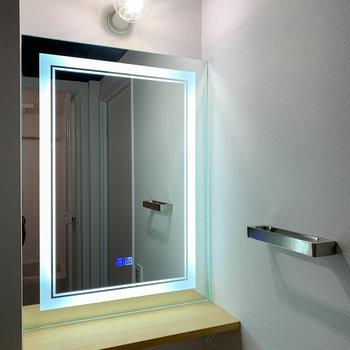 鏡枠にも照明が仕込まれています。メイクの時などとても便利。
