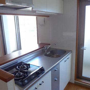 キッチンは2口で、使い勝手も良さそう!(※写真は5階の反転間取り別部屋のものです)