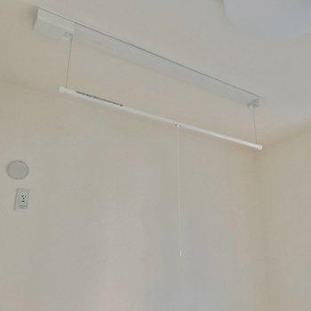 室内物干しも便利だな〜 (※写真は1階の反転間取り別部屋のものです)
