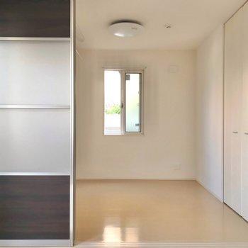 隣の洋室は4.6帖。引き戸で仕切れます。 (※写真は1階の反転間取り別部屋のものです)