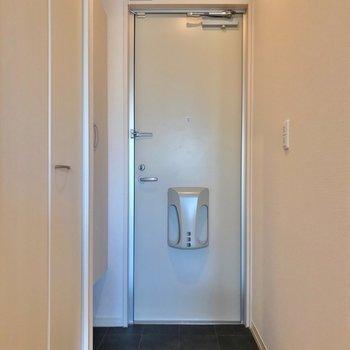 玄関もゆったりしています。傘はシューズボックスの中に入りますよ。 (※写真は1階の反転間取り別部屋のものです)