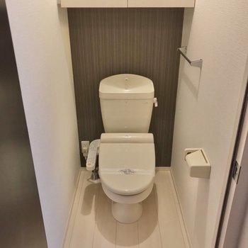 その前にトイレ。ウォシュレット付きで快適! (※写真は1階の反転間取り別部屋のものです)
