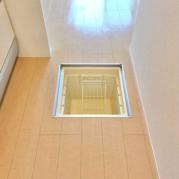 床下収納もありますよ。 (※写真は1階の反転間取り別部屋のものです)