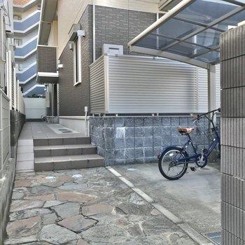 駐輪場は手前と奥の2箇所にあります。どちらも屋根付きで雨に濡れにくい◎
