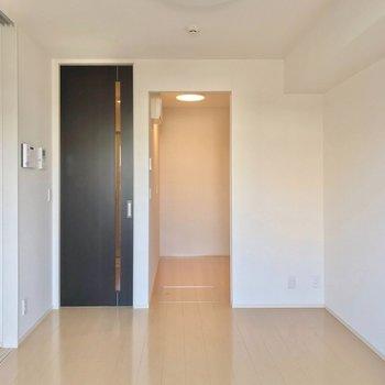 奥の独立スペースの中にはキッチン。 (※写真は1階の反転間取り別部屋のものです)