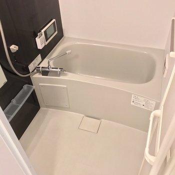 浴室乾燥機に追焚機能、テレビまで……充実の設備! (※写真は1階の反転間取り別部屋のものです)