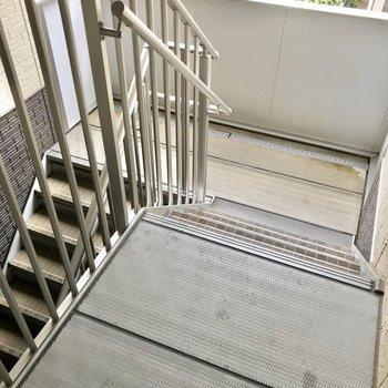 この階段をのぼって2階まで。どっしりした幅なので家具の搬入は問題無さそう!