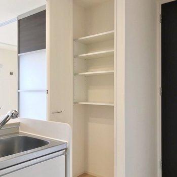 キッチンの隣にはこんな棚。食料やペット用品の保管にぴったり!(※写真は2階の反転間取り別部屋のものです)
