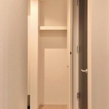 廊下にもこんな収納。アウトドア用品やお散歩道具はこちらに♩(※写真は2階の反転間取り別部屋のものです)