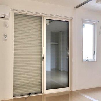 窓にはシャッター付きで防犯面も安心です◎(※写真は2階の反転間取り別部屋のものです)