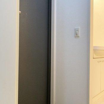 玄関はコンパクトです(※写真は5階の同間取り別部屋のものです)