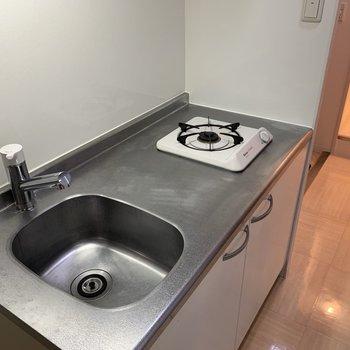 キッチンはおひとりさまサイズ(※写真は5階の同間取り別部屋のものです)