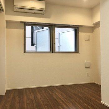 【約7帖】隣のお部屋にも窓とエアコンがあります。