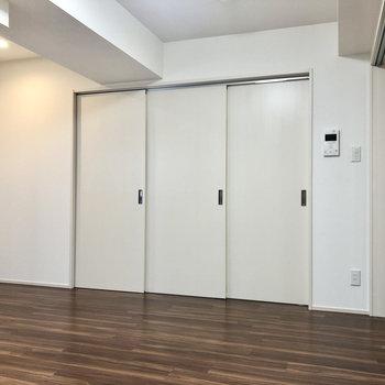 【約9.2帖】シンプルな内装。扉を開けると、