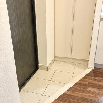 玄関は狭めですが、