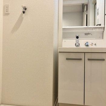 サニタリー。洗濯機置き場と脱衣所は同室です。スムーズに着替えできそうです。